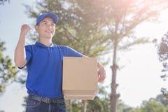 Deliveryman spojrzenie gdzieś zdjęcia royalty free