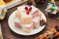 Delizi, o Lokum - la dolcezza della farina dello zucchero, con l'amido dell'aggiunta ed i dadi Il turco più comune, che è ora Fotografia Stock Libera da Diritti