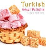 Delizie dolci turche in zucchero a velo nel canestro isolato sopra immagini stock libere da diritti