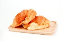 Delizioso, croissant due spruzzato sul piatto di legno, croissant freschi e saporiti casalinghi dei croissant, immagine stock libera da diritti