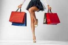 Delkropp, härliga kvinnliga spensliga ben Sexig flicka som rymmer PA Royaltyfria Foton
