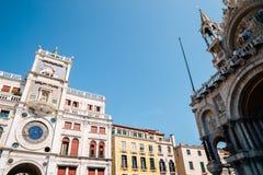 Dell 'Orologio y Basilica di San Marco de Torre de la torre del reloj de St Mark en la plaza San Marco, Venecia, Italia fotografía de archivo