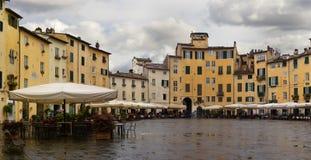 Dell Anfiteatro de la plaza en Lucca Toscana, Italia Panorama fotografía de archivo