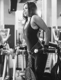 Dell'atleta della donna di allenamento armi fuori sulle immersioni orizzontali Immagine Stock