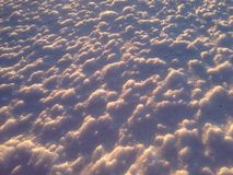 Dell'estratto ondulazioni vicine della neve su Immagine Stock