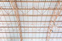 Dell'interno in costruzione della vecchia struttura della lamina di metallo del tetto del soffitto Immagini Stock