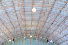 Dell'interno in costruzione della vecchia struttura della lamina di metallo del tetto del soffitto Fotografia Stock Libera da Diritti