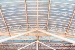 Dell'interno in costruzione della vecchia struttura della lamina di metallo del tetto del soffitto Immagini Stock Libere da Diritti