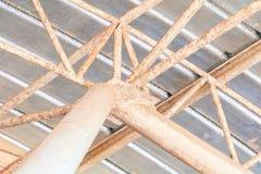 Dell'interno in costruzione della vecchia struttura della lamina di metallo del tetto del soffitto Fotografia Stock