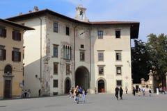 Dell Orologio Palazzo на рыцарях придает квадратную форму в Пизе, Италии Стоковые Фотографии RF