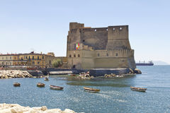 Dell'Ovo de Castel, uma fortaleza medieval na baía de Nápoles, Itália foto de stock