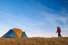 Dell'uomo della camminata tenda indietro Fotografie Stock Libere da Diritti