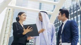 Dell'uomo e donna astuti del gruppo la gente di affari globale parla Fotografia Stock