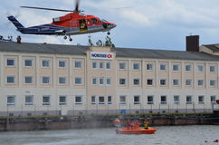 Dell'uomo in mare addestramento di salvataggio con l'elicottero Fotografia Stock