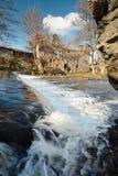 Della cascata rovine vicino di vecchio mulino Fotografie Stock Libere da Diritti