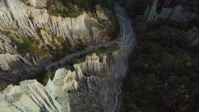 Della cima cavalcavia aerea giù, menagrami dei culmini della Nuova Zelanda Putangirua stock footage