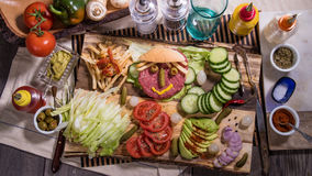 Della cima vista giù di un hamburger sorridente Immagine Stock