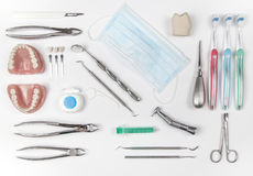 Della cima vista giù di vari strumenti dentari Immagine Stock