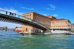 Della Costituzione Ponte над грандиозным каналом в Венеции, Италии Стоковые Изображения RF