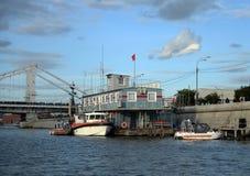 ` Della Crimea del ponte del ` della stazione di salvataggio e di ricerca vicino all'argine del fiume di Moskva nel parco di cult immagine stock libera da diritti