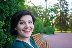 Della donna smiley multirazziali allegri espressivo Immagini Stock
