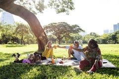 Della famiglia di picnic rilassamento di unità all'aperto fotografia stock libera da diritti