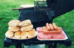 Della griglia alimento fuori per il cuoco fuori Fotografie Stock Libere da Diritti
