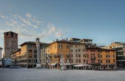 Della Liberta de la plaza en Udine, Italia en el tiempo de la salida del sol Imagenes de archivo