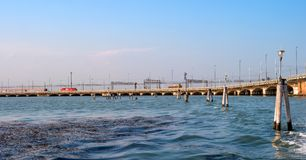 Della Liberta Ponte - που σημαίνει τη σύνδεση Βενετία γεφυρών ελευθερίας σε Mestre στην ηπειρωτική χώρα Στη γέφυρα οι γύροι τραίν Στοκ Εικόνες