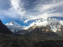 Della nuvola ballo bianco circolarmente intorno al vasto picco e K2 al picco i fotografie stock libere da diritti