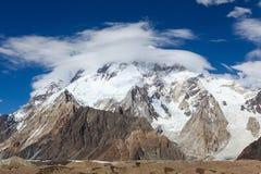 Della nuvola ballo bianco circolarmente intorno al vasto picco, gamma o di Karakorum fotografie stock libere da diritti