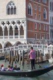 Della Paglia do palácio e do Ponte do ` s do doge com o gondoleiro venetian na gôndola, Veneza, Itália Foto de Stock Royalty Free