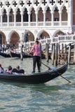 Della Paglia do palácio e do Ponte do ` s do doge com o gondoleiro venetian na gôndola, Veneza, Itália Imagem de Stock