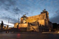 Della Patria de Altare del monumento de Vittorio Emanuele II aka como caídas de la noche en Roma imágenes de archivo libres de regalías