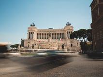 Della Patria della piazza Venezia e di Altare a Roma, Italia con traffico Fotografia Stock Libera da Diritti