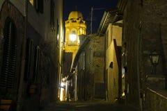 Della Pescaia, rosa Vollmondansicht Italiens Toskana Castiglione der Gassen mit Nachtlicht, der Glockenturm der alten Kirche lizenzfreies stockfoto