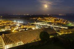 Della Pescaia, rosa Vollmondnacht, panoramisches Nachtbild Italiens Toskana Castiglione lizenzfreies stockbild