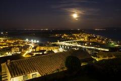 Della Pescaia, rosa Vollmondnacht, panoramisches Nachtbild Italiens Toskana Castiglione stockfotografie