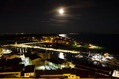 Della Pescaia, rosa Vollmondnacht, panoramisches Nachtbild Italiens Toskana Castiglione stockbilder