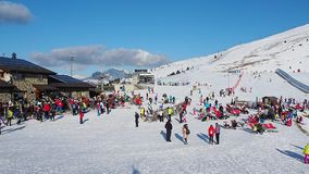 Della Presolana, Italia de Castione La opinión la gente en el esquí se inclina almacen de metraje de vídeo
