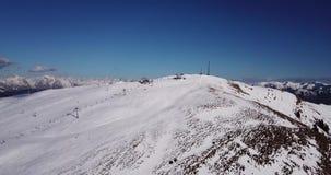 Della Presolana, Italia de Castione Opinión aérea del abejón de la gente en las cuestas del esquí y de la elevación en la estació almacen de metraje de vídeo
