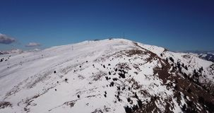 Della Presolana, Italia de Castione Opinión aérea del abejón de la gente en las cuestas del esquí y de la elevación en la estació metrajes