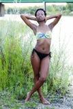 Della ragazza del bikini fiume teenager nero scarno all'aperto Fotografia Stock