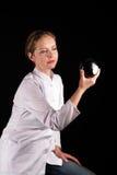 Della ragazza sguardo attentamente ad una sfera magica Fotografia Stock