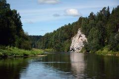 ` Della roccia della sentinella del ` della scogliera sulla riva del fiume di Chusovaya immagini stock libere da diritti