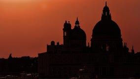 Della Santa Maria базилики грандиозного канала и siluette салютует на заходе солнца, Венеции, Италии Стоковые Фото