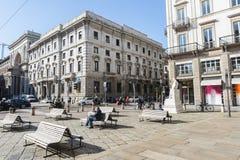 Della Scala della piazza situato fra la città di Milano immagini stock libere da diritti