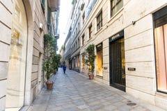 Della Spiga shopping och lyxig gata i mitten av Milan fotografering för bildbyråer