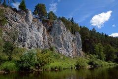 ` Della st George Rock del ` della scogliera sulla riva del fiume di Chusovaya immagine stock libera da diritti