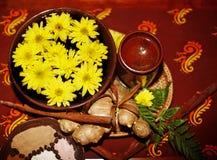 Della stazione termale vita ancora con il fiore su priorità bassa marrone. immagini stock
